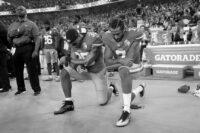 Η ιστορία πίσω από το γονάτισμα σε αθλητικούς αγώνες